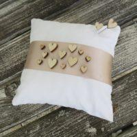 Polštářek pod prstýnky dřevěná srdíčka