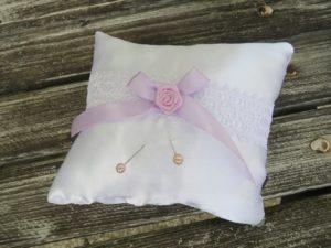 Polštářek pod prstýnky s lila mašličkou